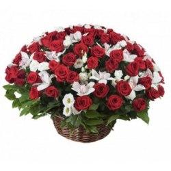 Корзина с красными розами и Эустомой