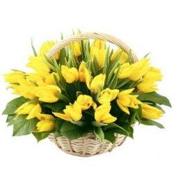 Корзина с желтых тюльпанов