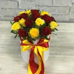 Коробка с красными и желтыми розами 19 роз