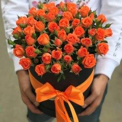 Коробка с оранжевыми кустовыми розами