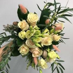 Букет из роз, эустомы, лагуруса и эвкалипта flowers4you