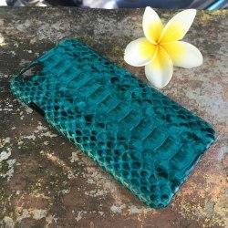 Чехол на IPhone 6 из натуральной кожи питона бирюзового цвета с орнаментом