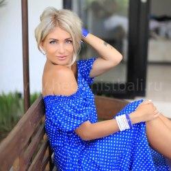 Платье с открытыми плечами Betty ярко-синее в горошек