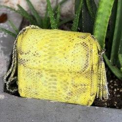 Сумка crossbody с боковыми кисточками из натуральной кожи питона желтая с орнаментом