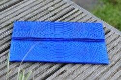 Клатч из натуральной кожи питона ярко-синий с рисунком размер S