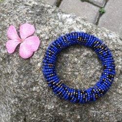 Браслет из бисера на спирали синий