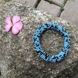 Браслет из бисера на спирали голубой