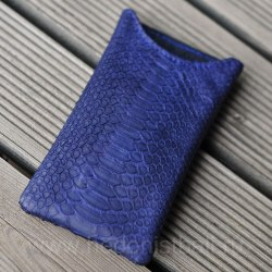 Чехол на телефон из натуральной кожи питона темно-синего цвета