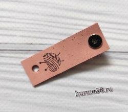 Кожаная бирка с кнопкой «Вязанное сердце» 1,5х4,7см цвет светло-розовый