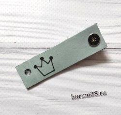Кожаная бирка с кнопкой «Корона» 1,6х6см цвет голубой