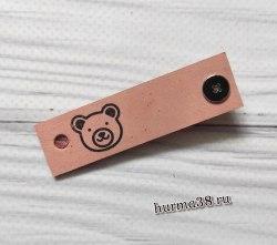 Кожаная бирка с кнопкой «Мишка» 1,6х6см цвет светло-розовый