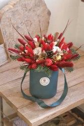 Букет рождественский красный в шляпной коробке новый год