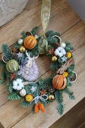 Венок из хвои с апельсинами новый год