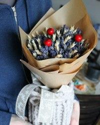 Букет лаванды с колосками и красными ягодками