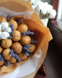 Букет с грецкими орешками и лавандой