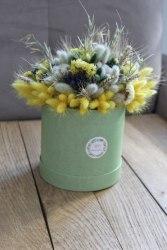 Зелено-желтый букет с лагурусом, хлопком, лавандой, статицей и разными колосками в шляпной коробке