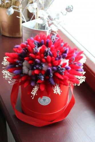 Красный букет с лавандой, хлопком, лагурусом и фиолетовыми нотками в шляпной коробке