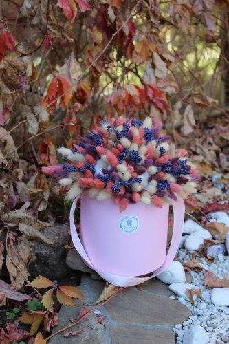 Розовый нежный букет с лавандой, хлопком, лагурусом в шляпной коробке