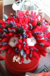 Красный букет с лавандой, хлопком, лагурусом, эхинацеей в шляпной коробке