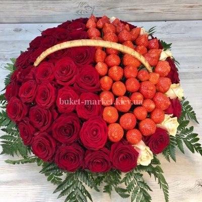 Корзина с красными розами и клубникой