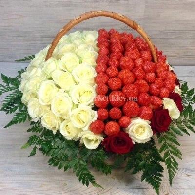 Корзина с белыми розами и клубникой