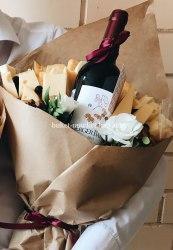 Букет с вином и розами