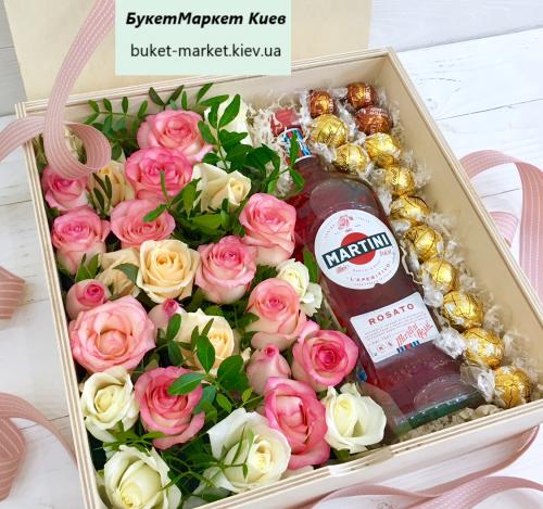 Подарочный ящик с мартини и цветами №49