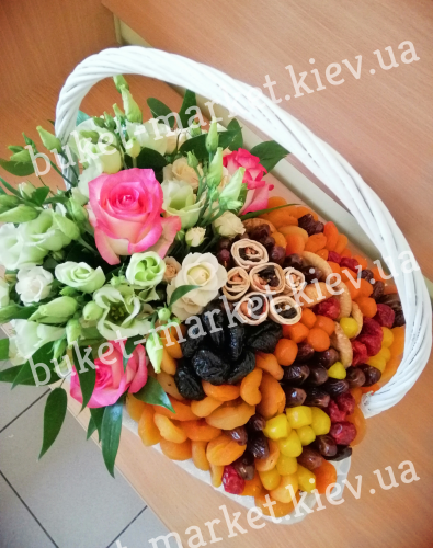 Корзина с сухофруктами и цветами №312