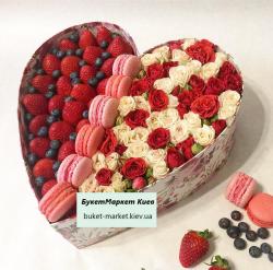 Букет из клубники и цветов №317, 35 см.