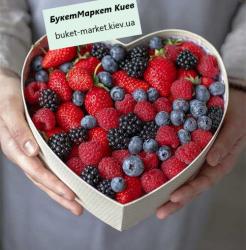 """Подарочная коробка с ягодами """"Ягодное сердечко"""","""