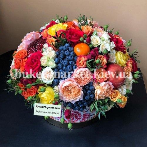 Огромный букет из ягод и цветов в коробке, Ø27-35 см., №385