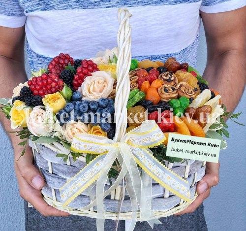 Букет с цветами и сухофруктами №389