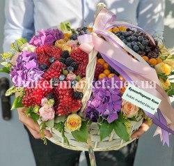 Корзина с ягодами и цветами №390
