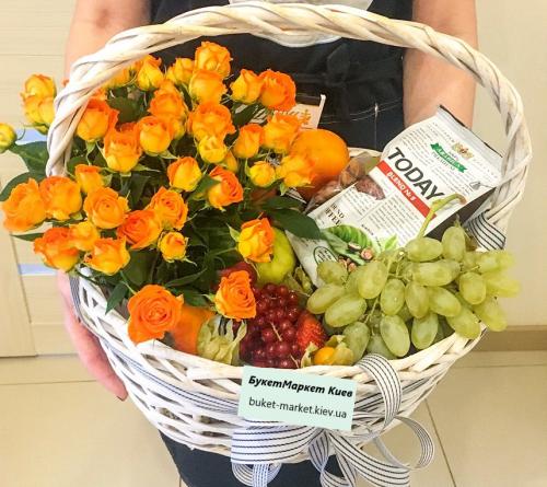 Большая подарочная корзина с цветами и фруктами №482