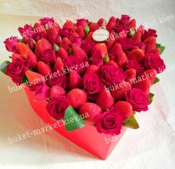 Большая коробка-сердце с розами и клубникой №485