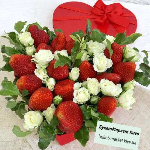 Сердце с розами и клубникой №486