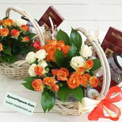 Подарочная корзина с цветами и конфетами №487
