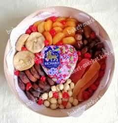 Сухофрукты с чаем и орехами в подарочной упаковке №520
