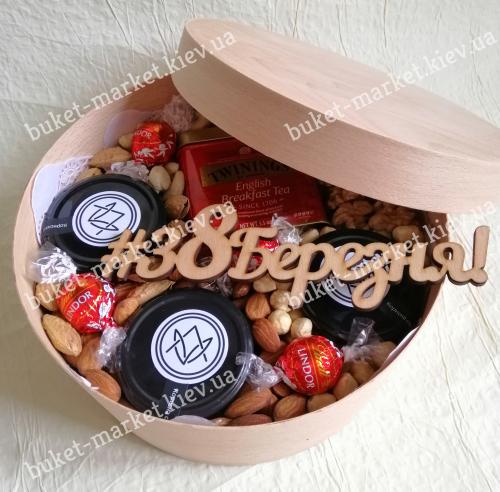 Подарочный набор с орехами, медом и чаем №521