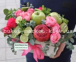 Яркий подарочный набор из фруктов и цветов №526