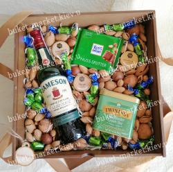 Подарочный набор мужчине с орехами и шоколадом (пенал с крышкой) №529