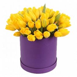 31 желтый тюльпан в коробке