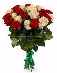 Букет из красных и кремовых роз 50 см, 25 шт