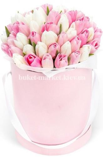 Розовые и белые тюльпаны в шляпной коробке 51 шт