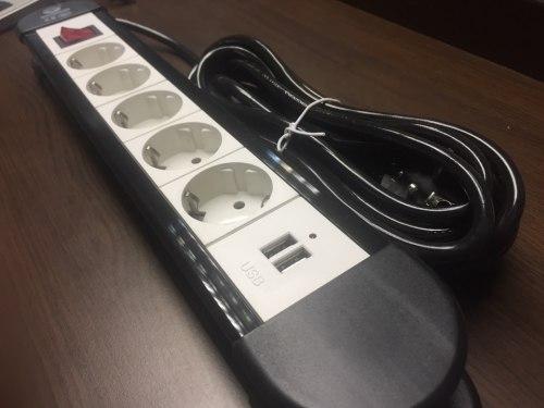 Удлинитель электрический 5 розеток, 3 метра с заземлением + 2 usb входа для зарядки мобильных устройств с выключателем 2500w.