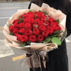 "Букет роз ""51 красная с зеленью"" 51 роза"