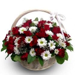 Корзина с розами и белыми хризантемами