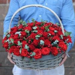 Корзина с красными розами и зеленью