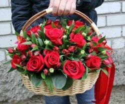 Корзина из 25 роз, альстромерии и зелени