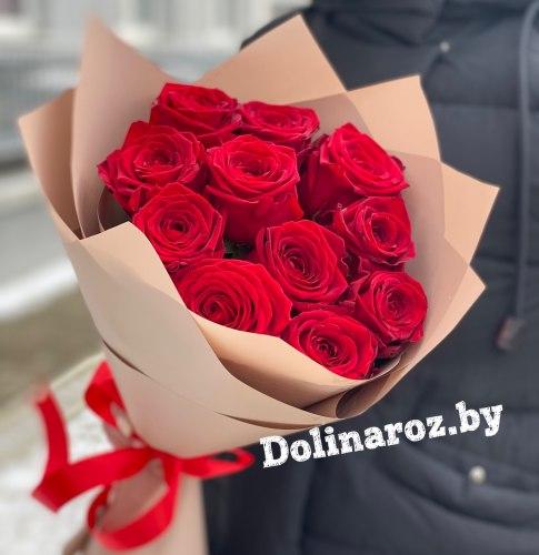 Букет из красных роз в крафт бумаге 11 роз